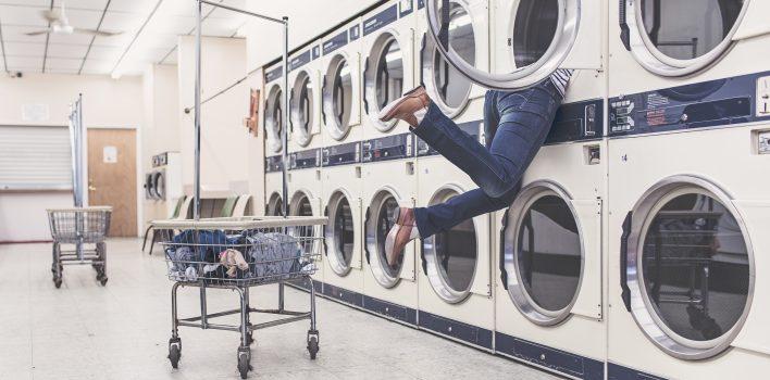 obrazek pokazuje osobę, która błędnie używa pralki