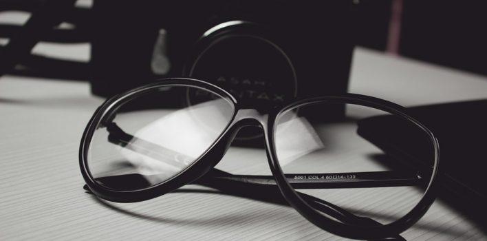 obrazek przedstawia wierzytelności ułożone na biurku